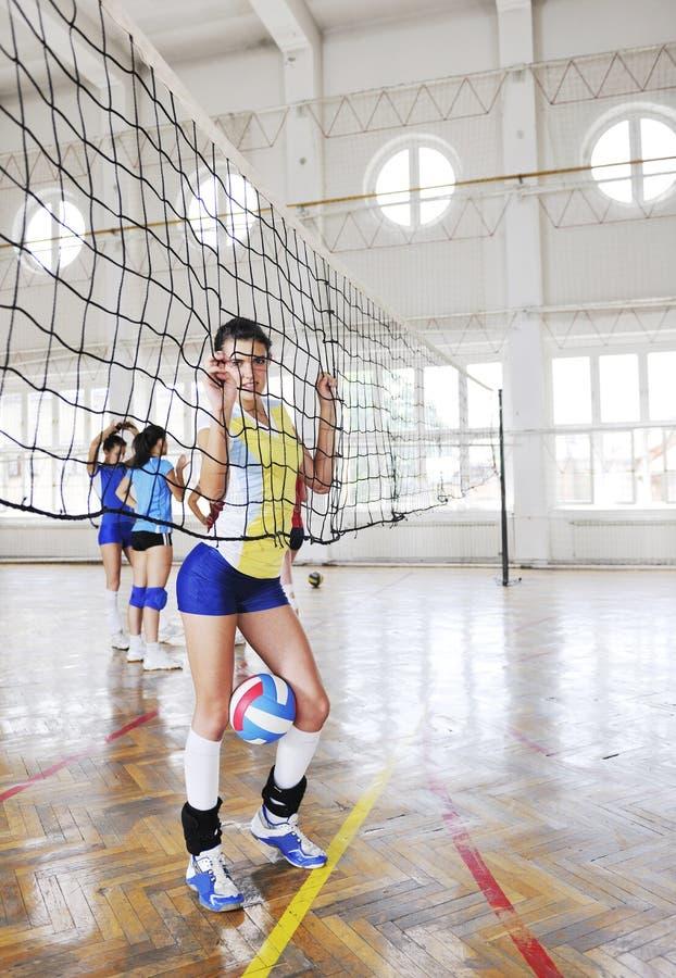 Flickor som leker för volleyboll leken inomhus royaltyfria bilder
