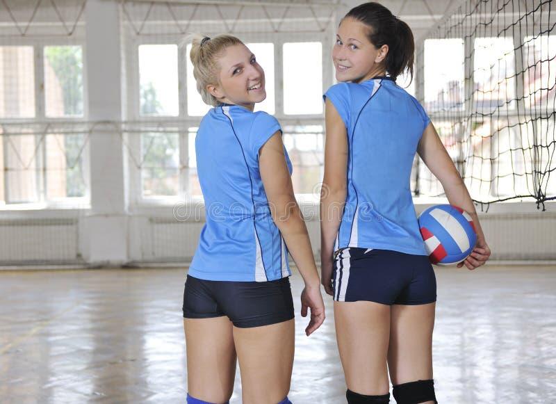 Flickor som leker för volleyboll leken inomhus royaltyfri fotografi