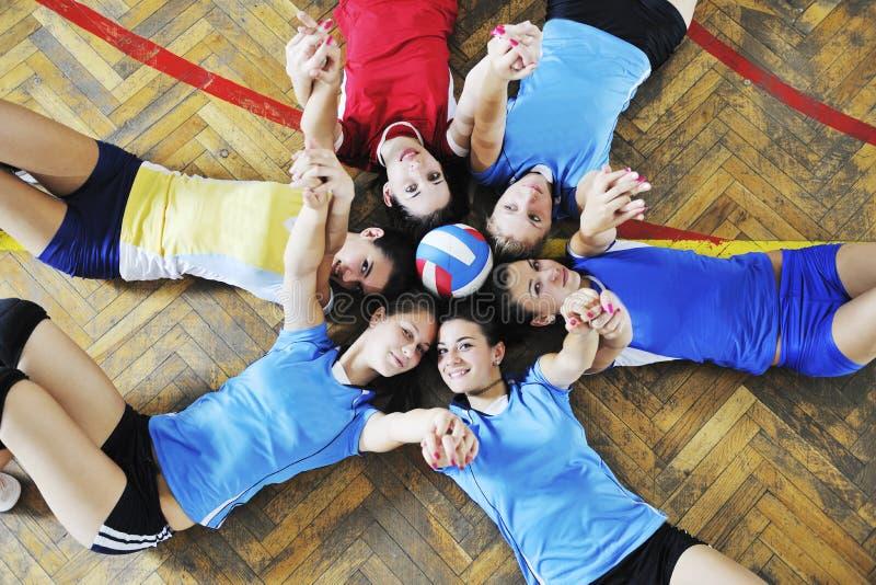 Flickor som leker för volleyboll leken inomhus royaltyfri bild