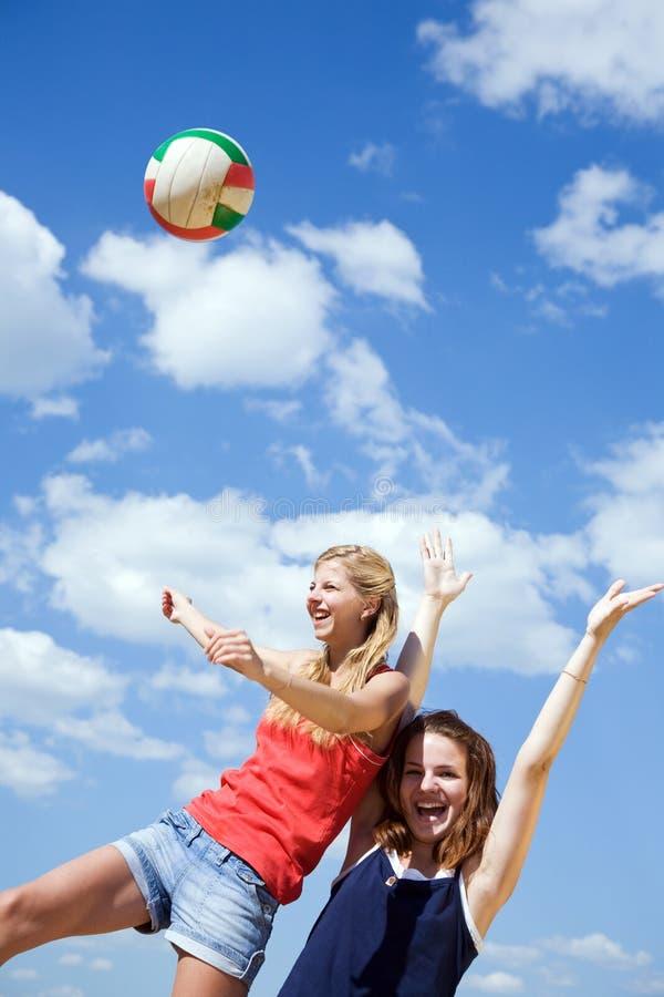 flickor som leker volleyboll royaltyfria foton