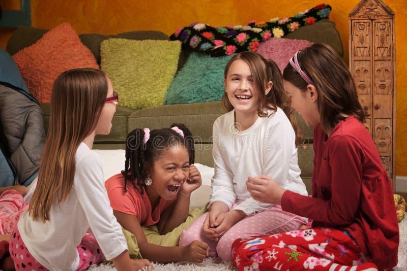 flickor som little skrattar royaltyfria bilder