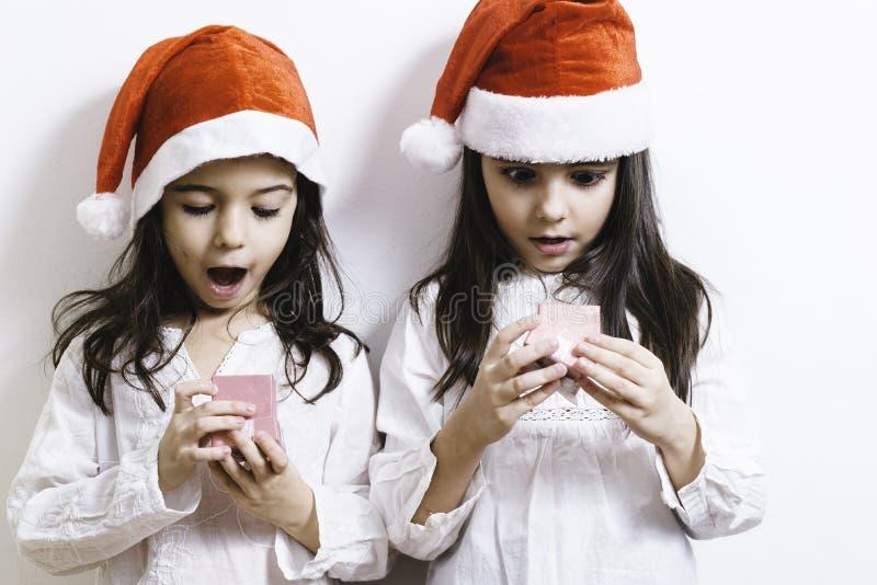 Flickor som poserar för ferier för jul och för nytt år royaltyfria bilder