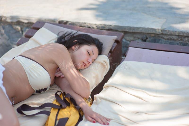 Flickor som reser på en yacht, är trötta och avverkar sovande på aktern royaltyfri bild