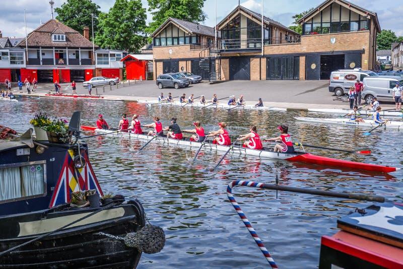 Flickor som ror på högskolan för drottning` s och Magdalene Boat Clubs, Cambridge, England, 21st av Maj 2017 arkivbilder