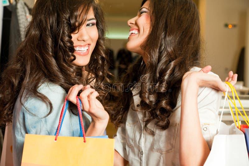 flickor som skrattar shopping royaltyfri foto