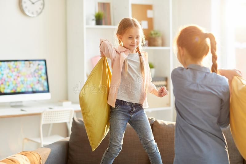 Flickor som spelar kuddekamp arkivbilder