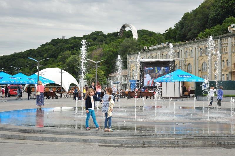 Flickor som spelar på springbrunnen, fotbollfanzone royaltyfria bilder