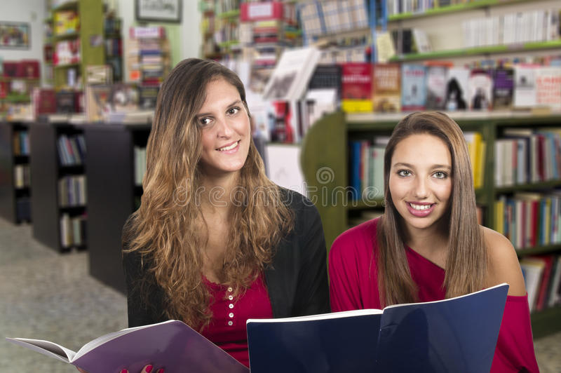 Flickor som studerar i arkivet arkivfoton