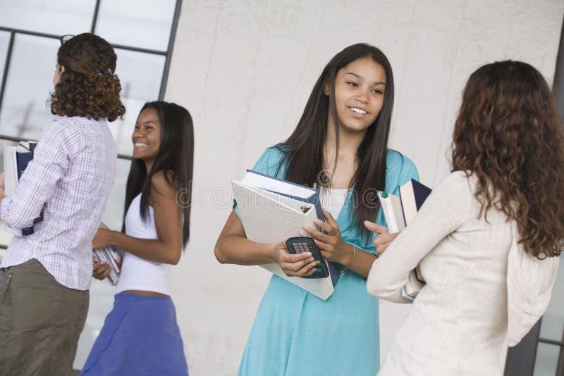 flickor som talar tonårs- två royaltyfri bild