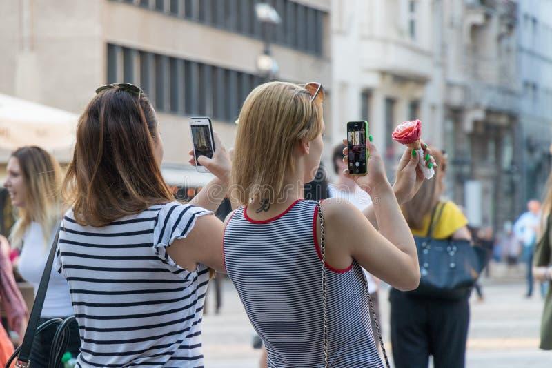 Flickor som tar foto av glass för socialt massmedia royaltyfri bild