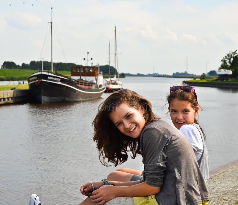 Flickor som tycker om ferie royaltyfri fotografi