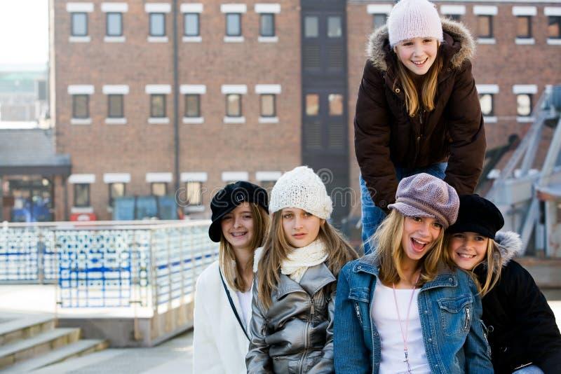 flickor som ut hänger tonåringen arkivfoton