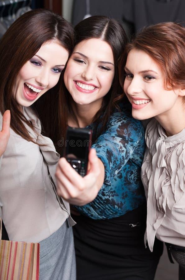 Flickor tar fotoet, når de har shoppat royaltyfria bilder