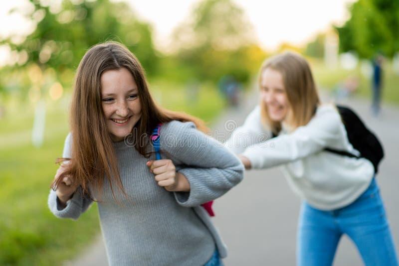 flickor tonårs- två Sommar i natur Efter studera spelar han Lyckliga le Enjoy vilar, når det har studerat Iklätt tillfälligt arkivbild