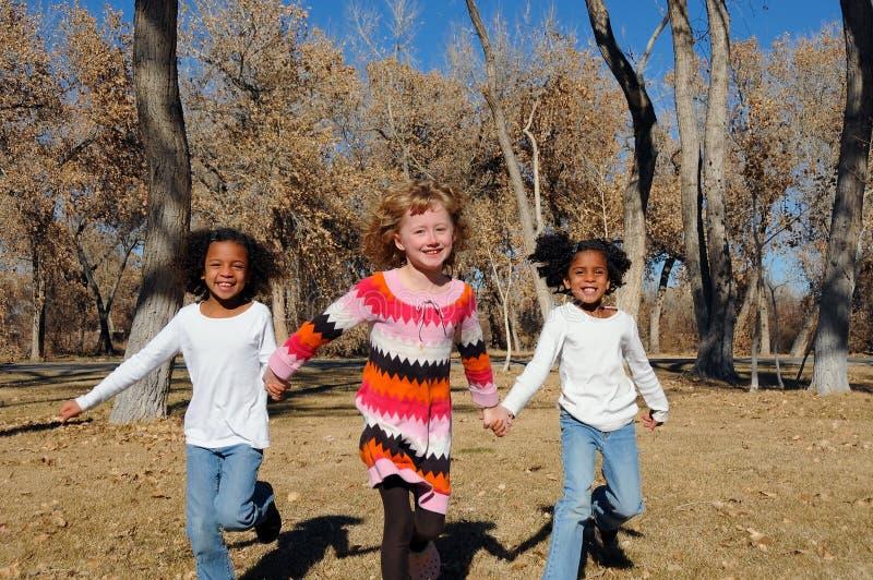 flickor utomhus royaltyfria foton