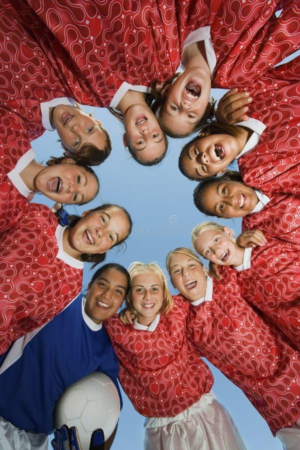 Flickors fotboll Team In Huddle arkivbilder