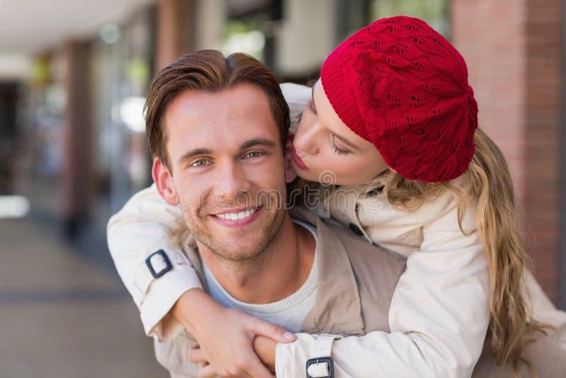 Flickvän som piggybacking på hennes pojkvän arkivbilder