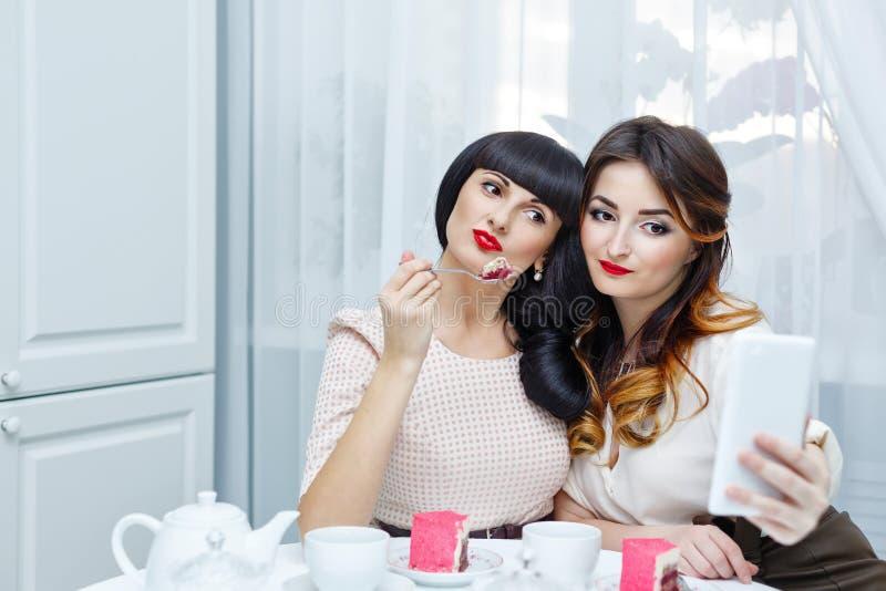 Flickvänner gör selfie avslappnande teakvinna för cocktail party royaltyfri fotografi