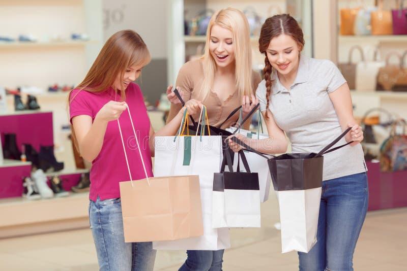 Flickvänner gör shopping i lagret arkivbild