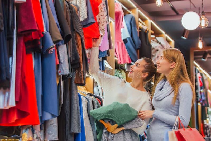 Flickvänner i lagret, når de har gjort deras köp, har funnit för dem ett annat bra ting royaltyfri foto