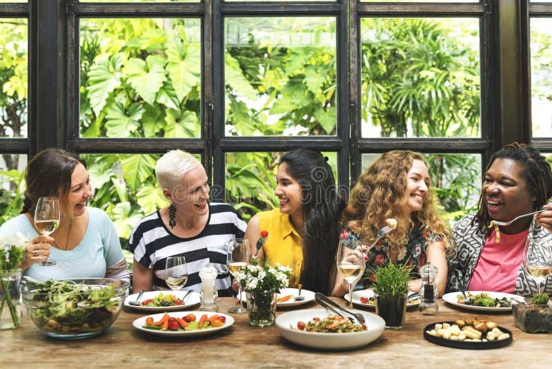 Flickvänner möter upp hak som äter middag begrepp royaltyfri fotografi
