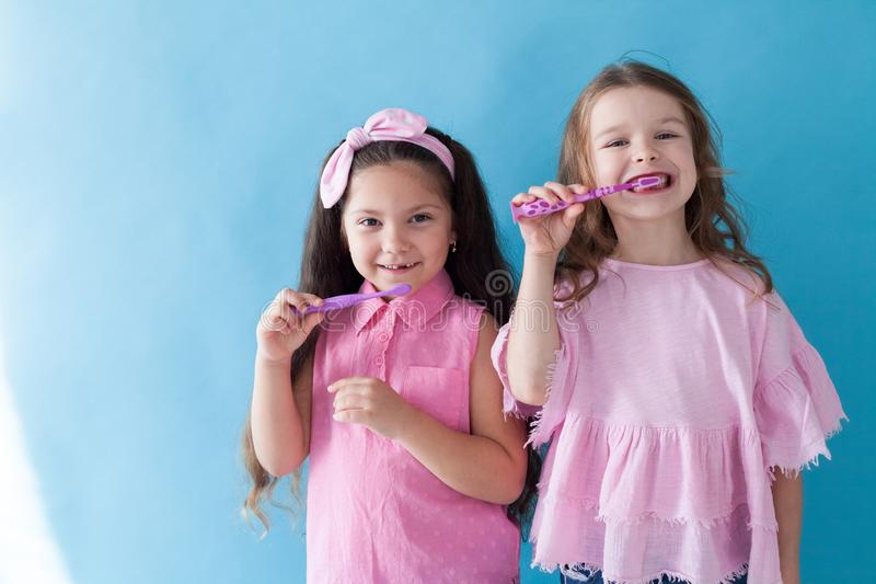 Flickvänsyster för två härlig liten flickor i rosa kläder fotografering för bildbyråer