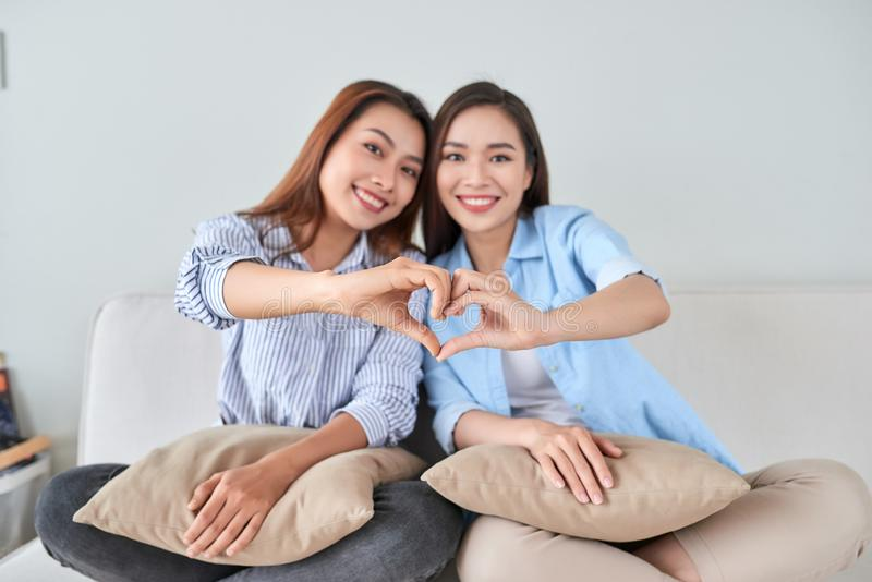 Flickv?nner som har gyckel, tillsammans sjunger och hemma spelar royaltyfria foton
