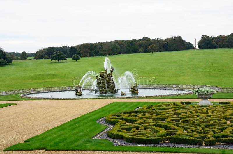 Fließender und einhegender Brunnen des herrschaftlichen Anwesens lizenzfreie stockfotos