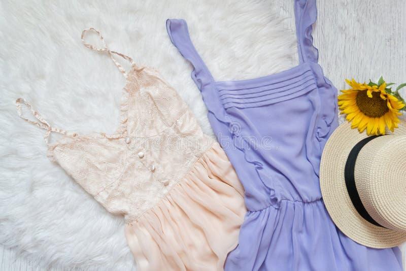 Flieder und Pfirsich kleiden, Strohhut und Sonnenblume an Weißer Pelz, Spitzenv lizenzfreie stockbilder
