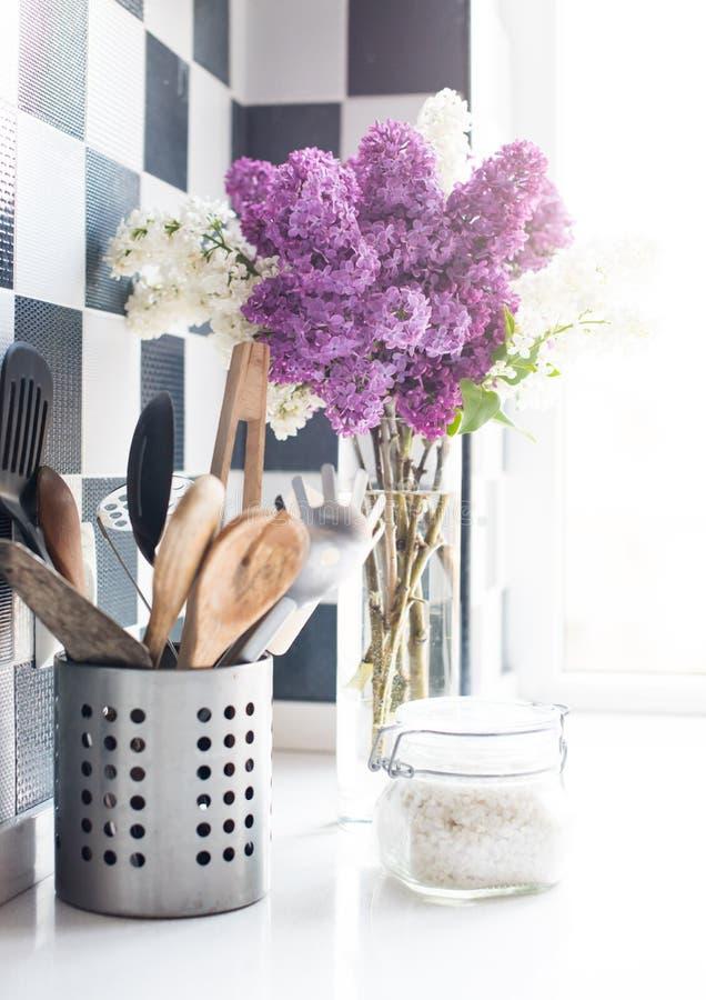 Fliedern und Küchengeräte stockfotografie