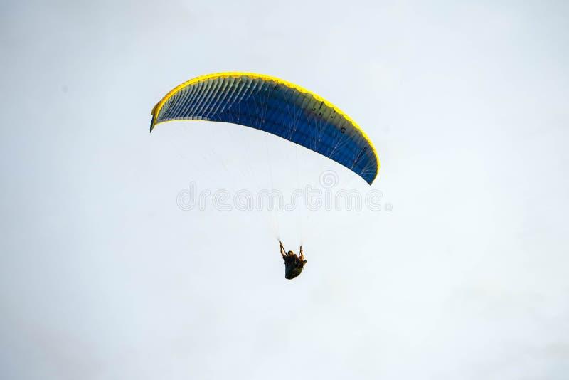 Fliege auf dem blauen Himmel durch das Fallschirmspringen stockfotos