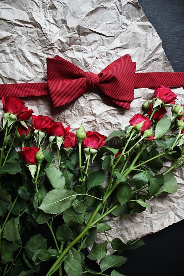 Fliege und eine Rose stockbilder