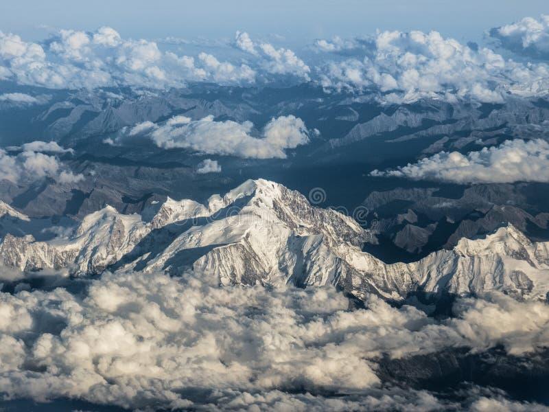 Fliegen über den Montblanc in den Alpen stockfotos
