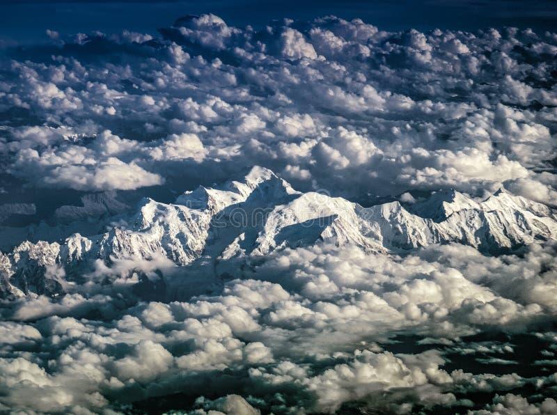 Fliegen über den Montblanc in den Alpen stockfotografie