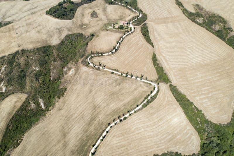 Fliegen über der Landschaft des schönen val d 'Orcia Siena Toskana stockfotografie