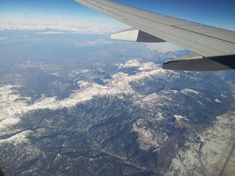 Fliegen über die Berge stockfotos