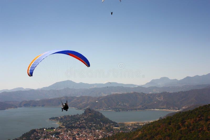 Fliegen über die Berge lizenzfreies stockfoto