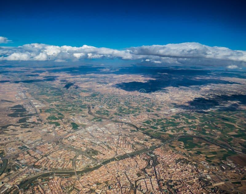 Fliegen über die spanische Stadt von Saragossa Spanien lizenzfreie stockfotos
