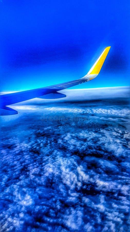 Fliegen über die Wolken lizenzfreies stockbild
