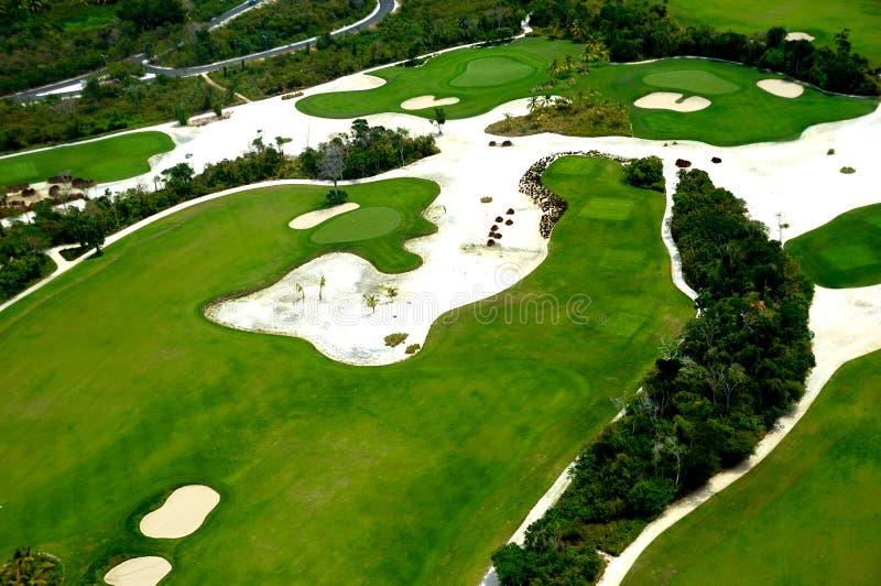 Fliegen über Golfplatz stockbild