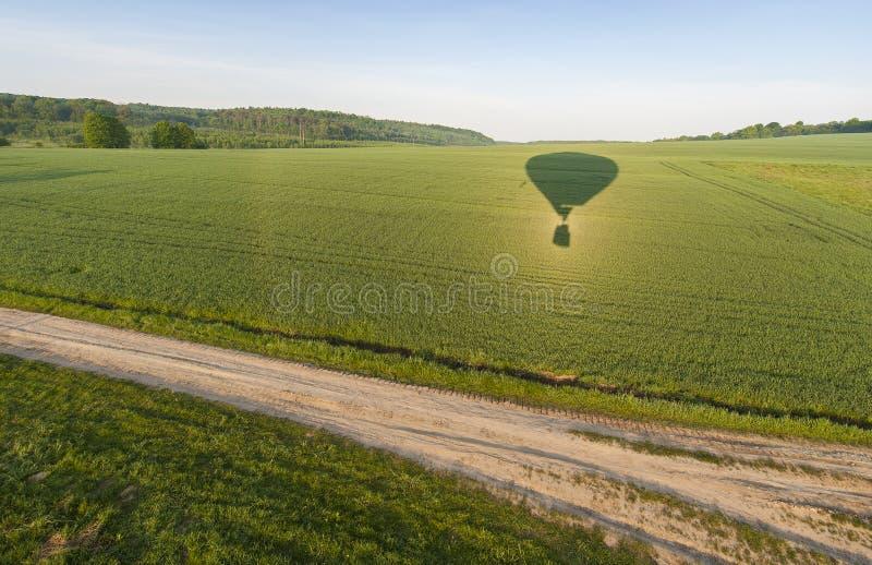 Fliegen auf Heißluftballon lizenzfreie stockbilder