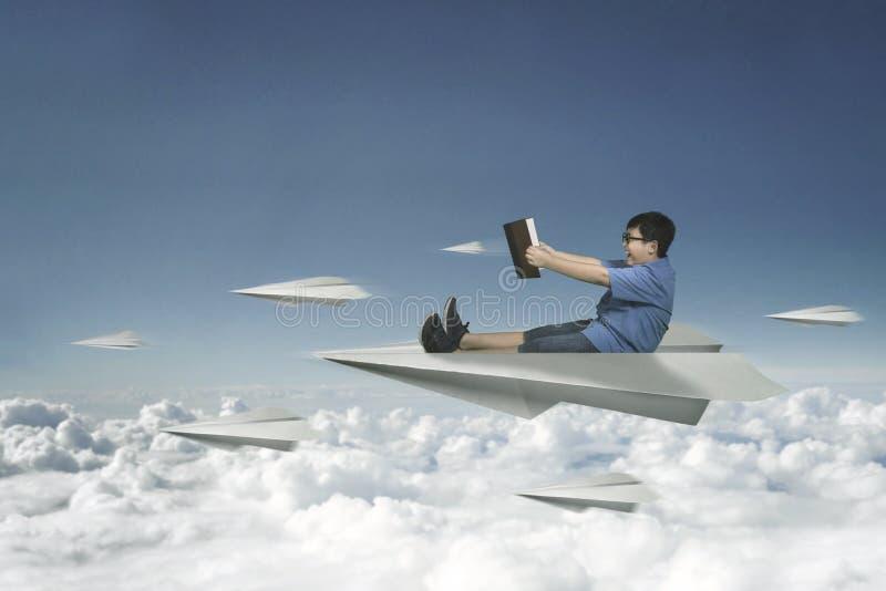 Download Fliegen Des Kleinen Jungen Mit Papierflugzeug Stock Abbildung - Illustration von spiel, zicklein: 90236781