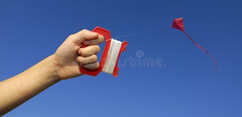 Fliegen eines Drachens lizenzfreie stockbilder