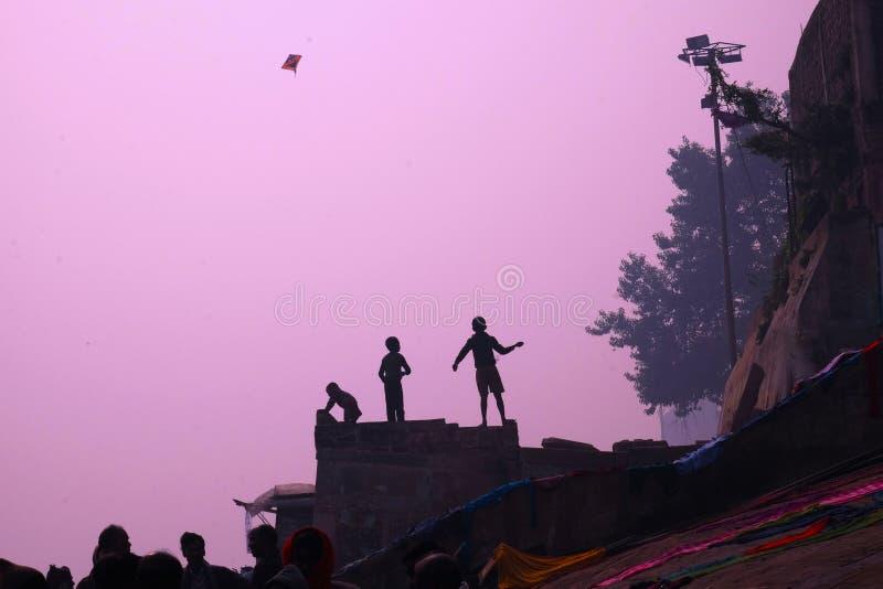 Fliegen eines Drachens auf den Banken des Gangess stockfotografie