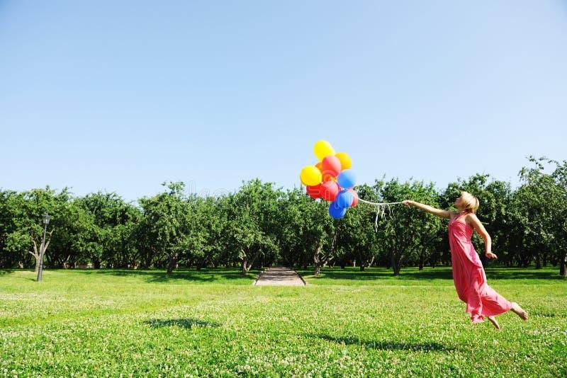 Fliegen mit Ballonen lizenzfreies stockbild