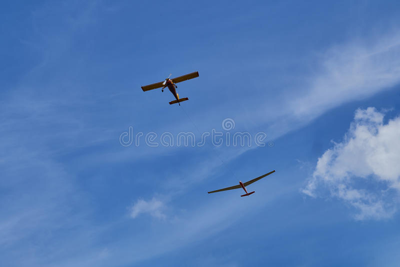 Fliegen mit zwei Flugzeugen im blauen Himmel lizenzfreies stockfoto