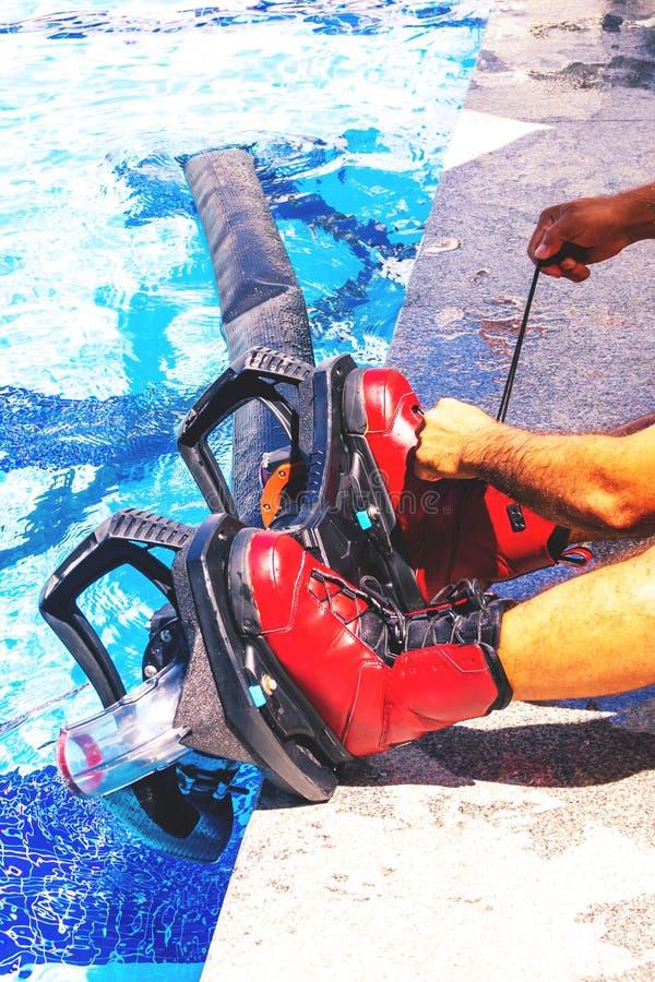 Fliegen Sie Brett, Mann auf einem Flyboard im Rot lizenzfreie stockbilder