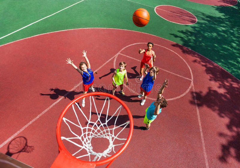 Fliegenball zur Draufsicht des Korbes während des Basketballs stockfotos
