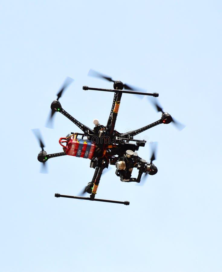 Fliegenbrummen mit angebrachter Kamera lizenzfreies stockbild