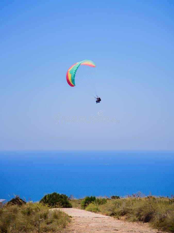 Fliegende Tandemgleitschirme im Himmel über dem Meer und nahe den Bergen, schöne Seeansicht 06 stockbild